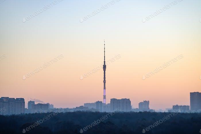 Blick auf Wohnviertel und Park bei kaltem Morgengrauen