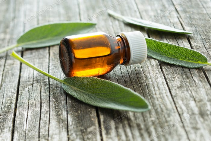 Flasche ätherisches Salbei-Öl.