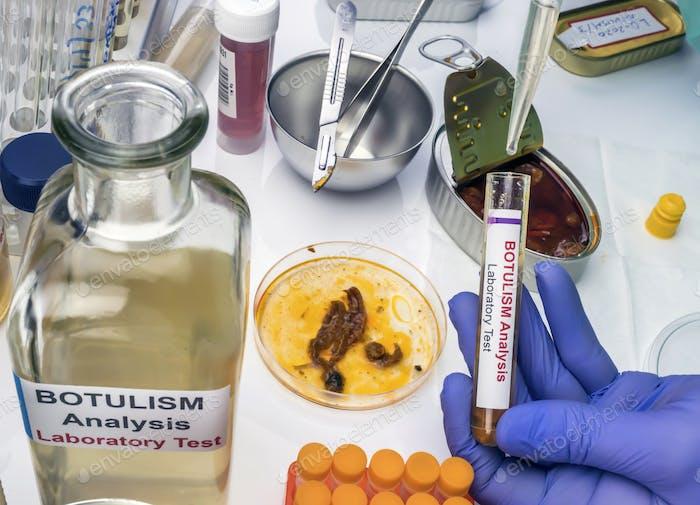 Cientista de laboratório experiente analisando uma amostra de uma lata de alimentos enlatados