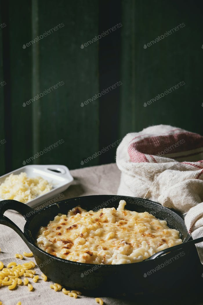 American dish mac and cheese