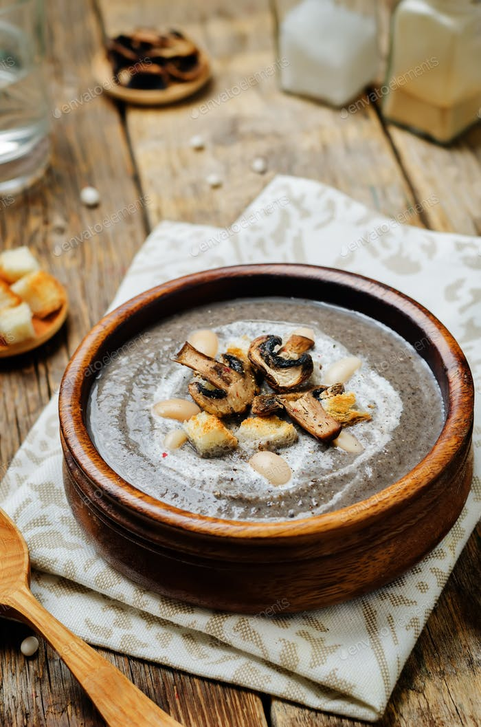 White bean mushrooms soup with croutons