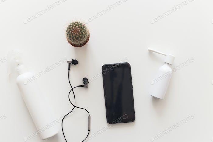 Set zur Desinfektion von Smartphone. COVID-19. Flach liegend, auf weiß