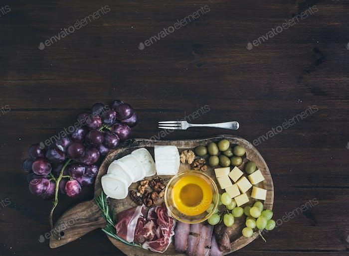 Weinvorspeisen Set: Fleisch- und Käseauswahl, Honig, Trauben