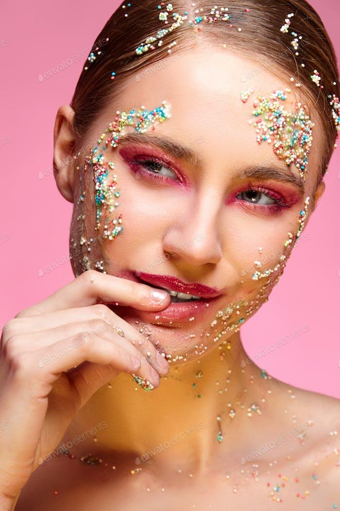 schöne Mädchen mit Süßigkeiten auf rosa Hintergründe