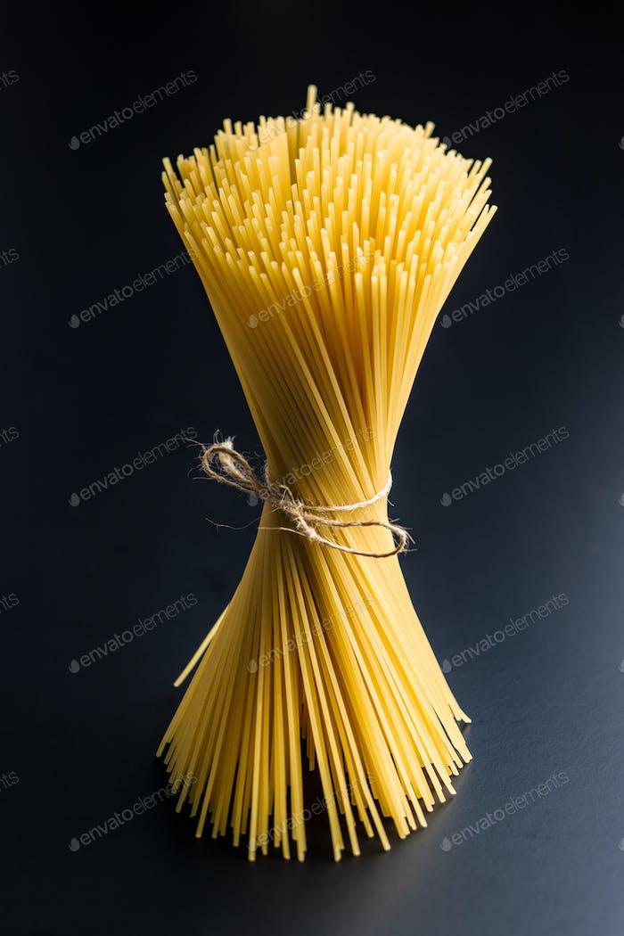 Ungekochte Spaghetti-Pasta.