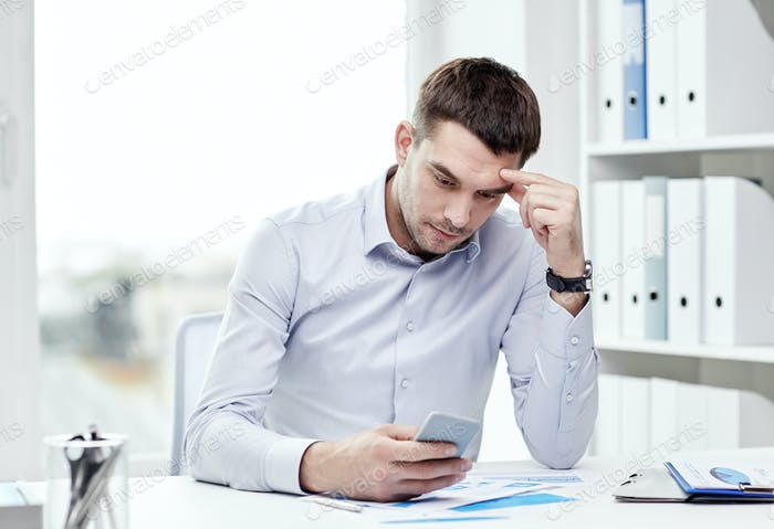 близкое закрытие бизнесмена со смартфоном