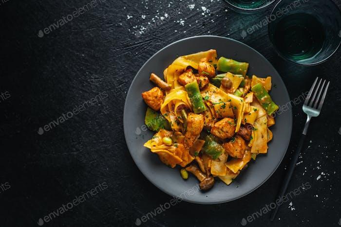 Pasta mit Sauce und Huhn
