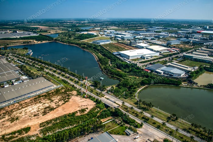 Wasserreservoir im Industriegebiet
