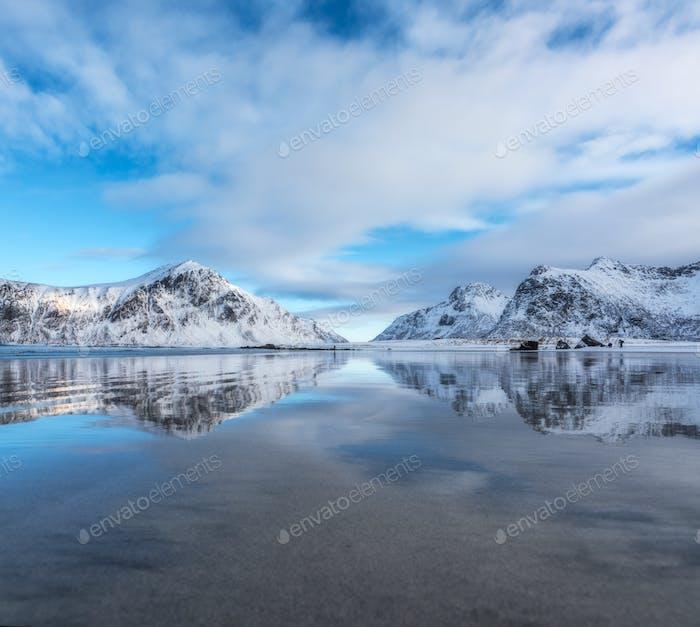Sandstrand mit schöner Reflexion im Wasser