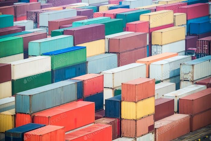 Containerhof Nahaufnahme, Knotenstation von Wasser und Landverkehr
