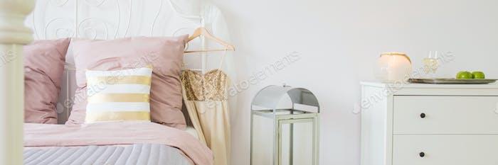 Розовый декор в номере
