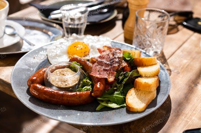 Teller mit ungesundem Essen ist auf dem Tisch
