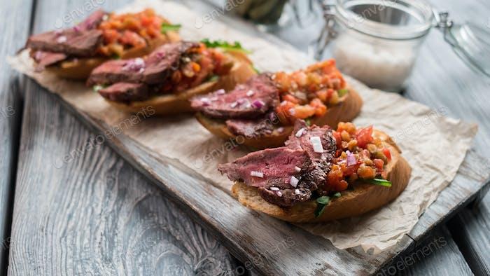 Fleisch auf geschnittenem Baguette
