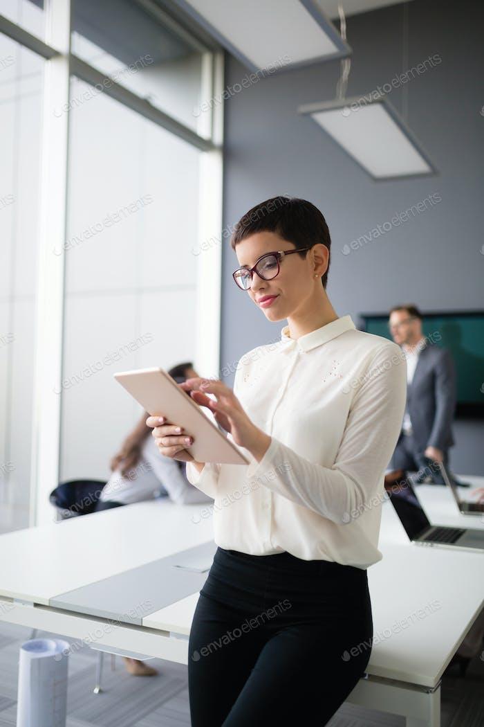 Schöne Geschäftsfrau mit Tablet Informationen in sammeln