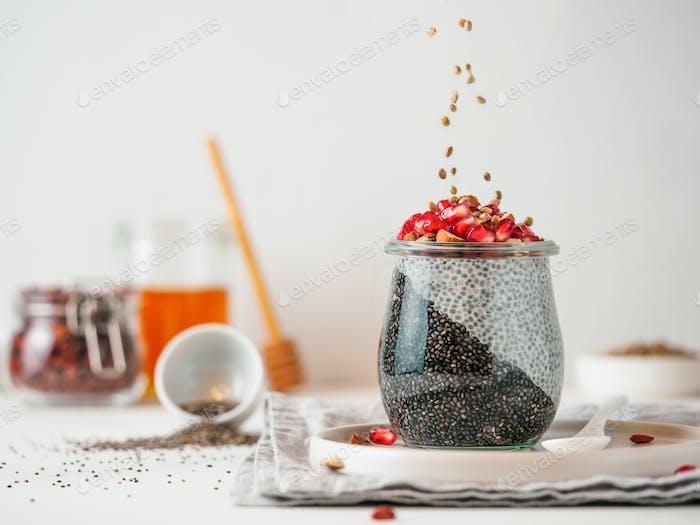 zwei Farben Chia Pudding, Hanfsamen, Kopierraum