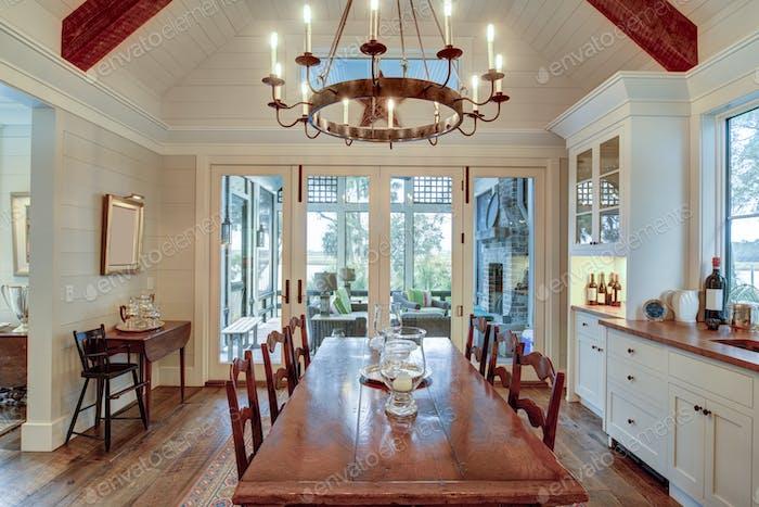 Schöner Speisesaal mit Blick auf die Veranda und das Anwesen am Wasser.