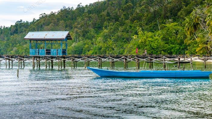 Hölzerne Pier eines lokalen Dorfes auf Gam Island, West Papuan, Raja Ampat, Indonesien