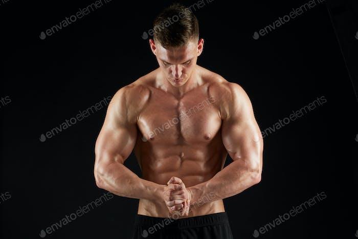 junger Mann oder Bodybuilder mit nacktem Oberkörper