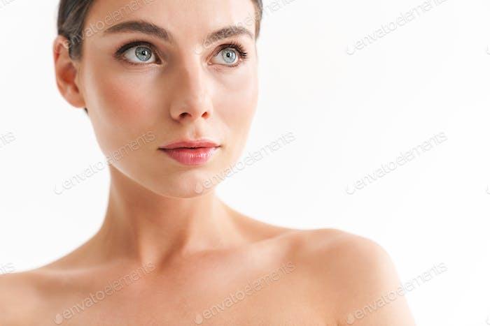 Schönheit Porträt von ein attraktiv junge topless Brünette Frau