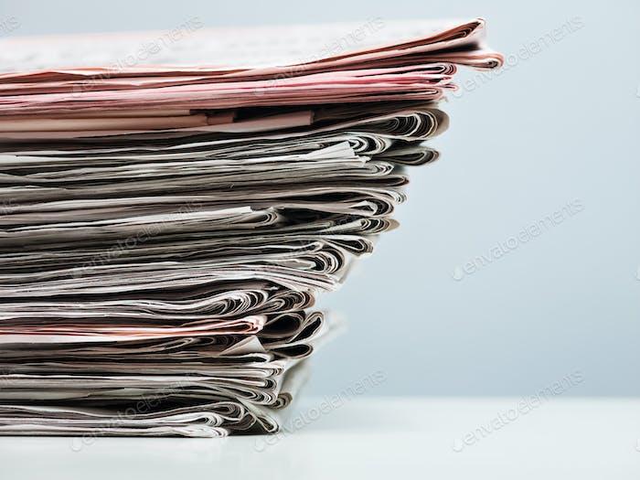 Montón de periódicos viejos sobre Fondo azul
