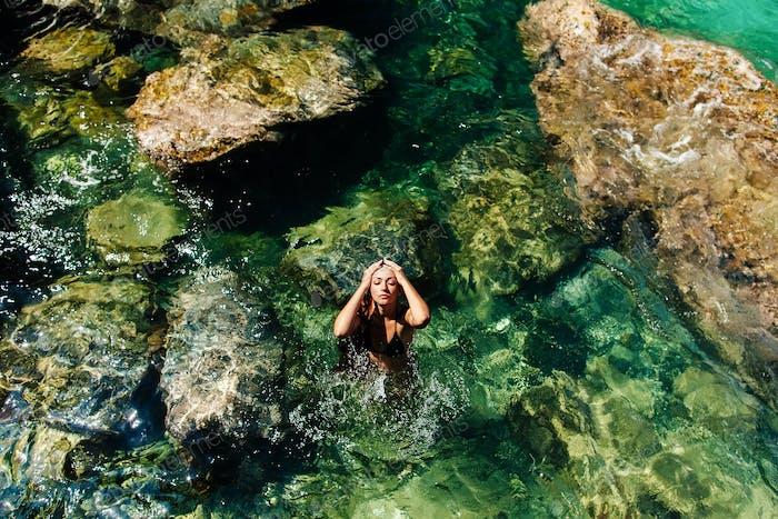 Frau entspannen im Meer Luftbild