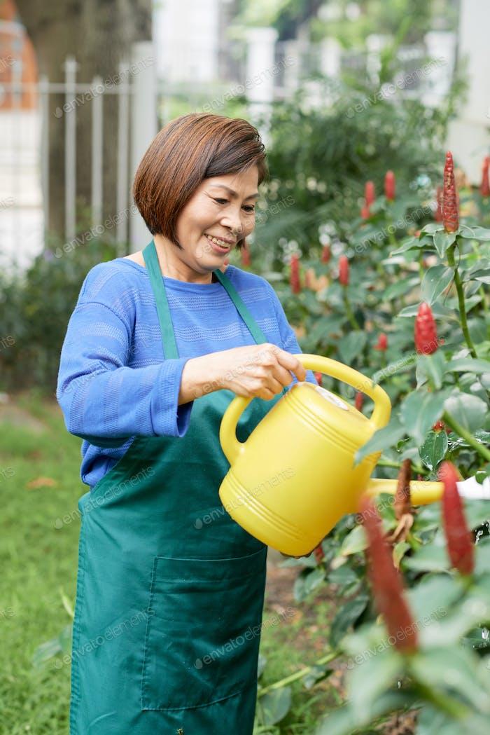 Садовник в саду