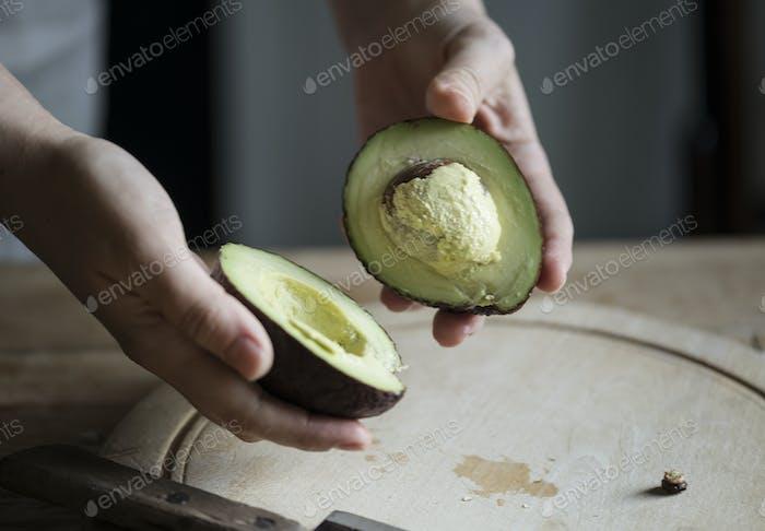 Bio-Avocado in Hälften geschnitten Lebensmittelfotografie Rezeptidee