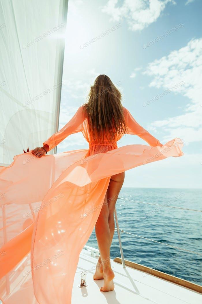 sexy Frau in Bademode Pareo Yacht Meer Kreuzfahrt Urlaub