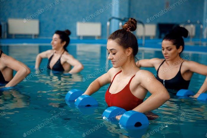 Weibliche Aqua-Aerobic, Training mit Hanteln