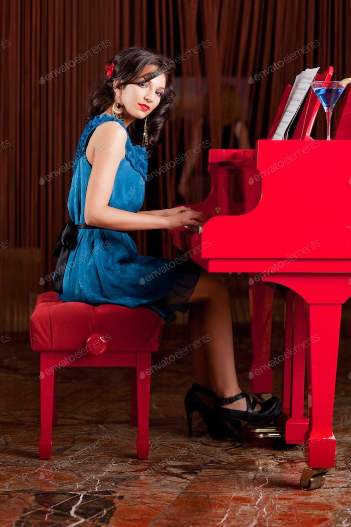 довольно леди играть в фортепиано
