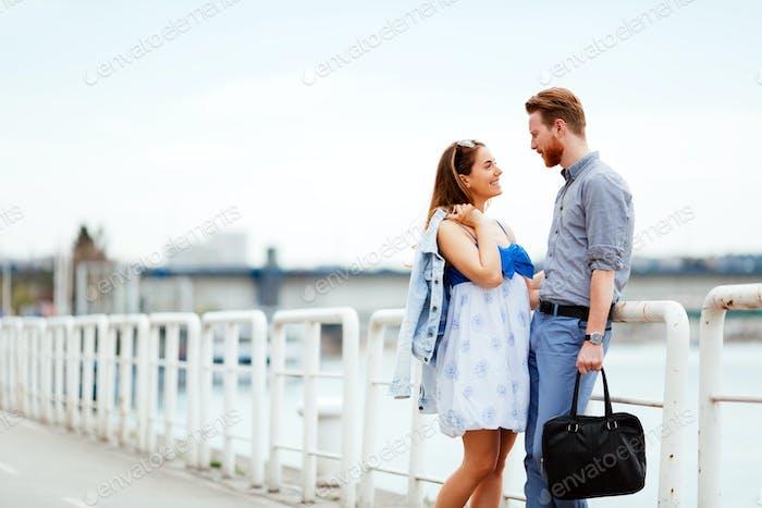 Красивые пару на открытом воздухе