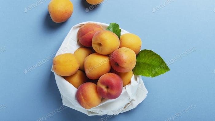 Frische biologische Aprikosen