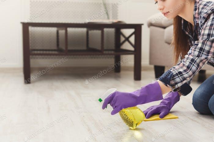 Konzentrierte Frau Polieren Holzboden