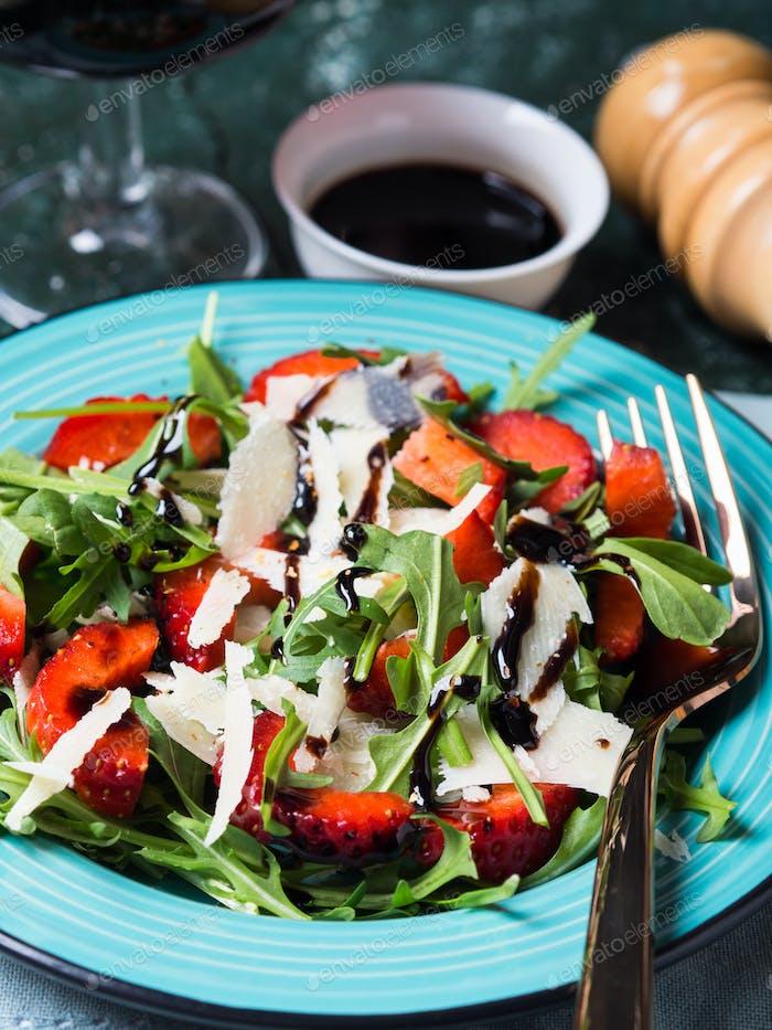 Salad with strawberries, arugula and parmesan
