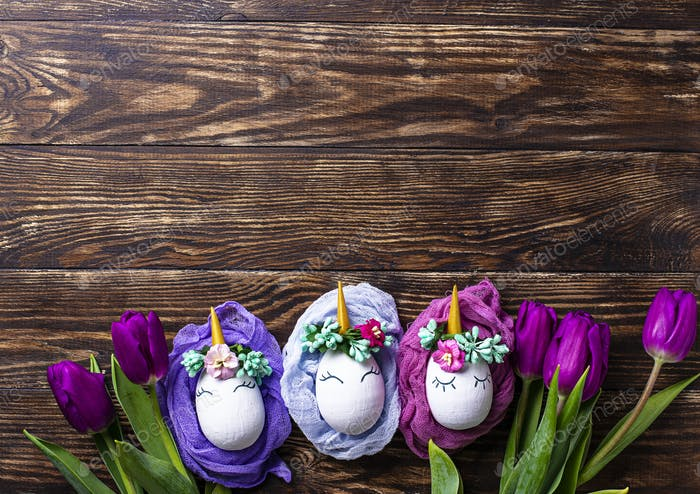 Osterhintergrund mit Tulpe und Einhorn Eiern