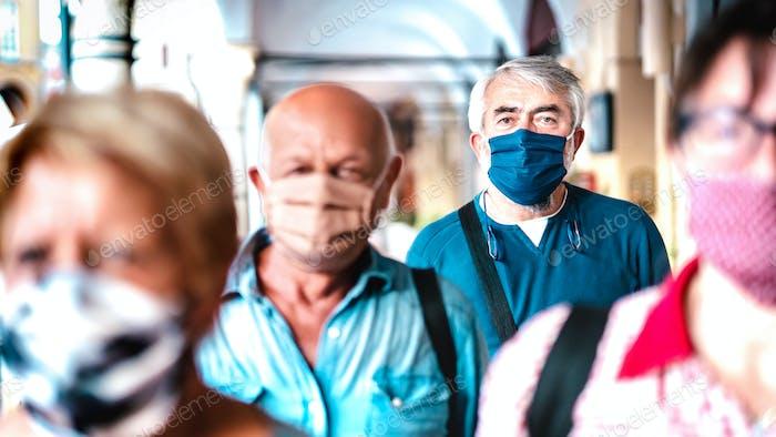 Städtische Menge erwachsener Bürger, die während einer Pandemie auf der Stadtstraße laufen
