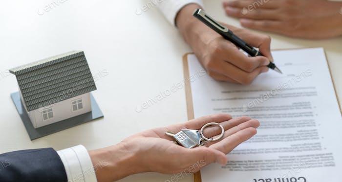 Unterzeichnung eines Darlehens für einen Hauskauf.