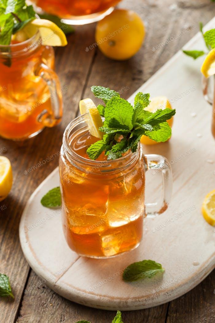 Hausgemachter Eistee und Limonade