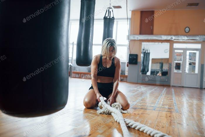 Hobby am Wochenende. Müde nach dem Training. Ruhe in der Turnhalle für Boxsport Training