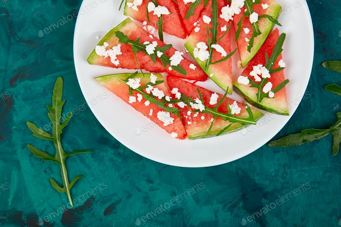 Frischer Sommer-Wassermelonensalat mit Feta-Käse und Rucola