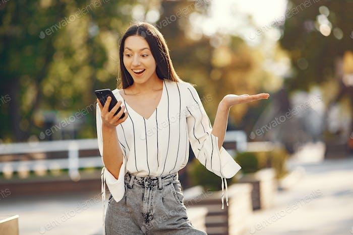 Estudiantes de pie en una ciudad con un teléfono móvil