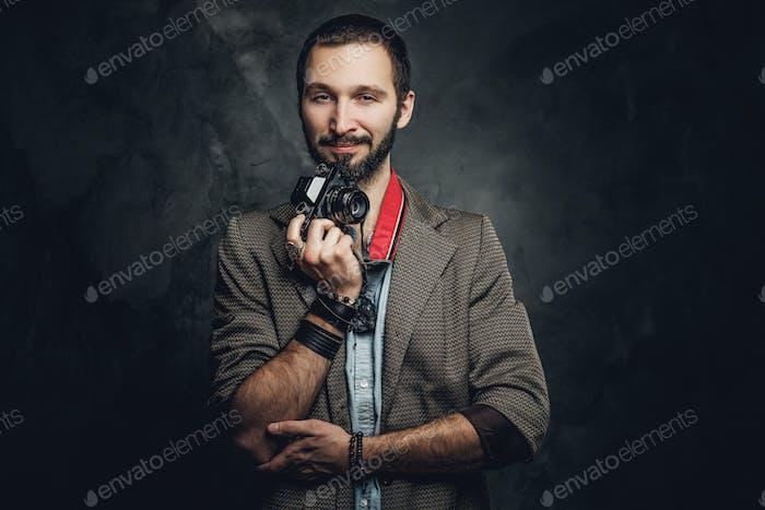 Man posiert für Fotografen mit Fotokamera