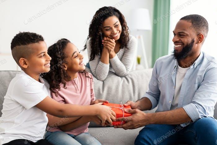 Schwarze Kinder feiern Vatertag, grüßen Papa