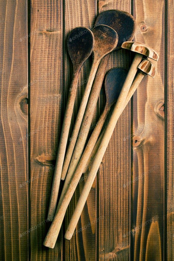 Holzlöffel auf dem Tisch