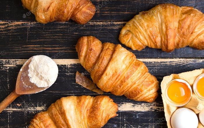 Croissants, Mehl, Eier, Löffel, Nudelholz
