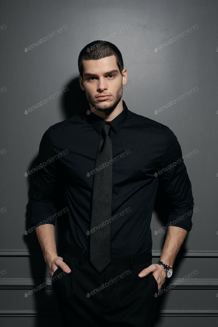 Junge gut aussehende Geschäftsmann in schwarz Hemd