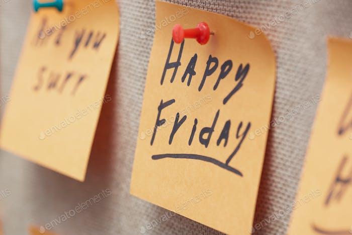 Haftnotiz mit Happy Friday Text auf einem Kork Pinnwand
