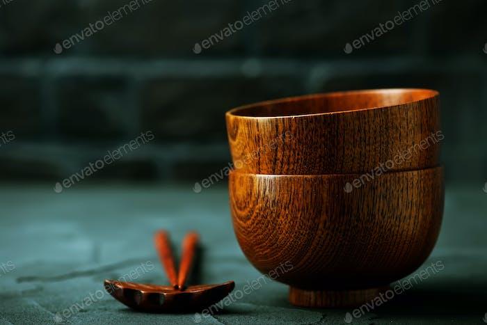 Holzschale mit Holzstäbchen