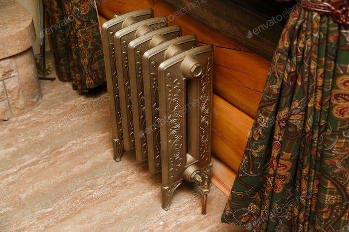 Retro Stil Gusseisen Heizkörper mit Ventil und Kupferrohr