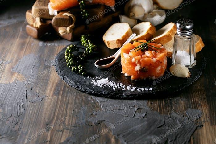 Lachs-Tartar serviert mit Brot